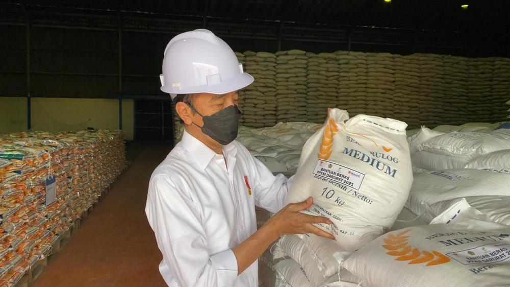 Presiden Joko Widodo mengunjungi Kompleks Pergudangan Bulog yang di Kelapa Gading (21/7). (Foto: BPMI Setpres)
